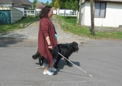 une stagiaire avec un golden chien guide